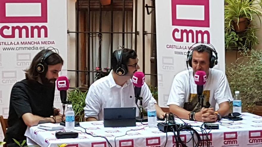 Uno de los programas de EDI emitidos en directo en un patio toledano. El historiador Daniel Gómez Aragonés a la izquierda, el presentador y periodista Jesús Orega en el centro y el periodista Lorenzo Fernández Bueno a la derecha