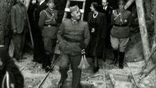 Franco visitando las obras del Valle junto a su esposa, Carmen Polo. EFE