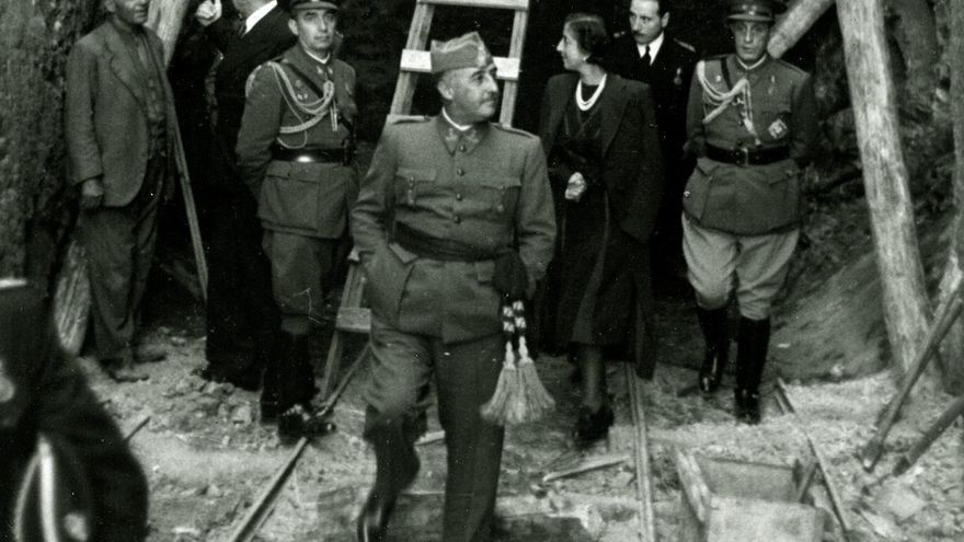 Franco visitando las obras del Valle junto a su esposa, Carmen Polo. EFE.