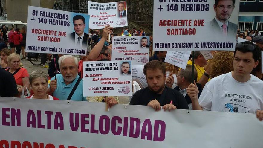 Concentración de la Plataforma Victimas del Alvia, este viernes en Santiago