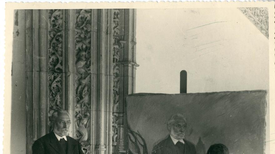 Unamuno posando para el pintor José Aguiar en la puerta de la biblioteca de la Universidad de Salamanca a.1934.