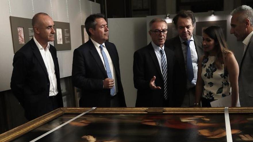 Guirao durante una visita al Archivo de Indias de Sevilla ante un cuadro de Murillo