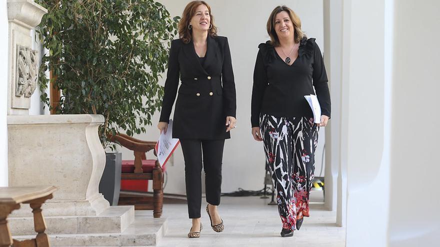 La consejera de Economía, Patricia Franco (derecha) junto a la consejera portavoz, Blanca Fernández, en el Palacio de Fuensalida