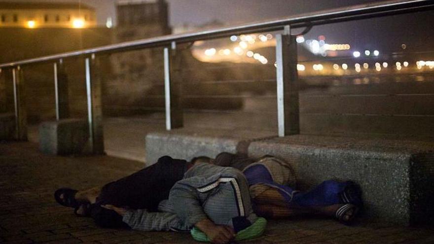 Imagen de archivo de dos menores migrantes no acompañados durmiendo al raso en Melilla. | FOTO: Robert Bonet.