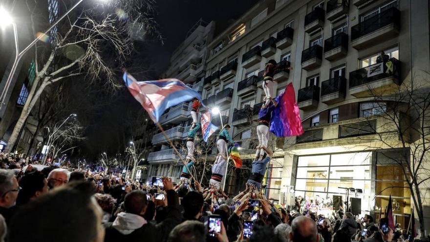 Castellers en la manifestación de protesta contra el ataque al centro LGTBI de Barcelona