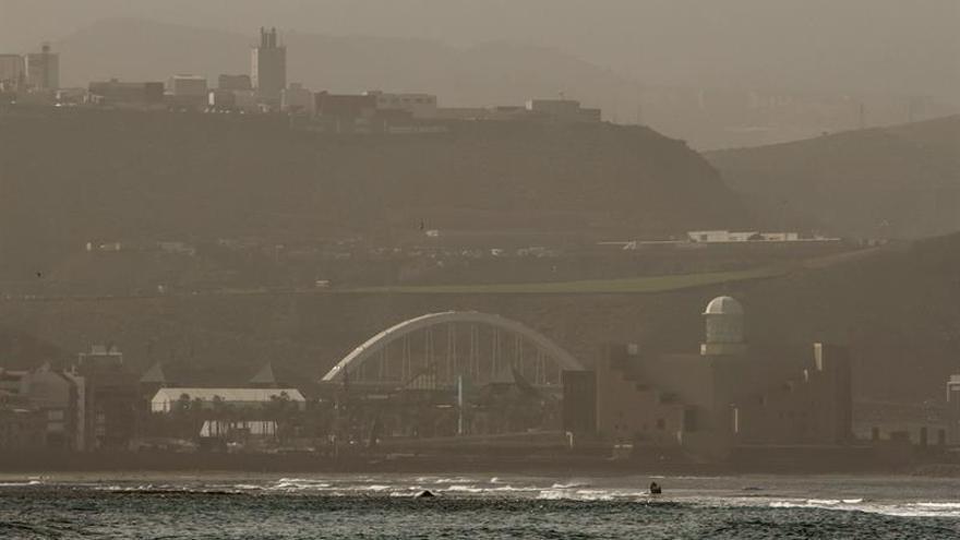 Vista de la Playa de Las Canteras con calima. EFE/Ángel Medina G