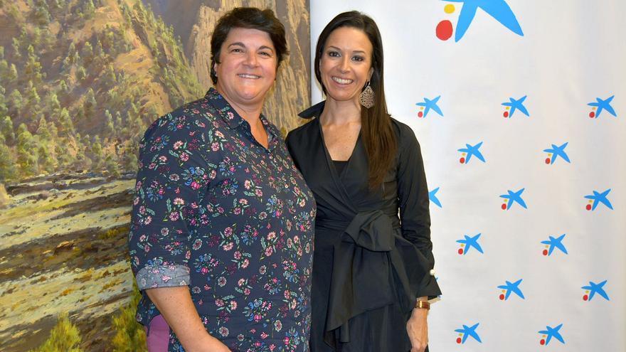 Ascensión Rodríguez, consejera de Deportes del Cabildo de La Palma, y Laura García ,responsable de la Obra Social 'la Caixa' en la Isla.
