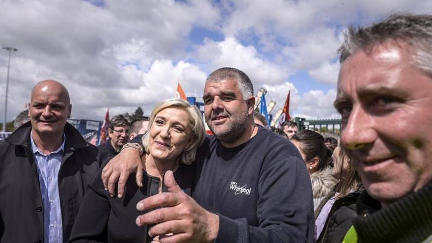Le Pen da un golpe de efecto con su visita a los obreros en huelga de Whirlpool en Amiens