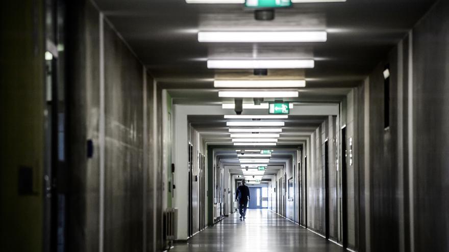 Un recluso camina por el pasillo de la cárcel de Dresden, en Sajonia (Alemania).