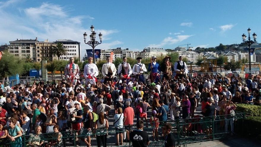 La Escolanía Easo y el grupo de danza Kresala protagonizan el cañonazo de la Semana Grande de San Sebastián