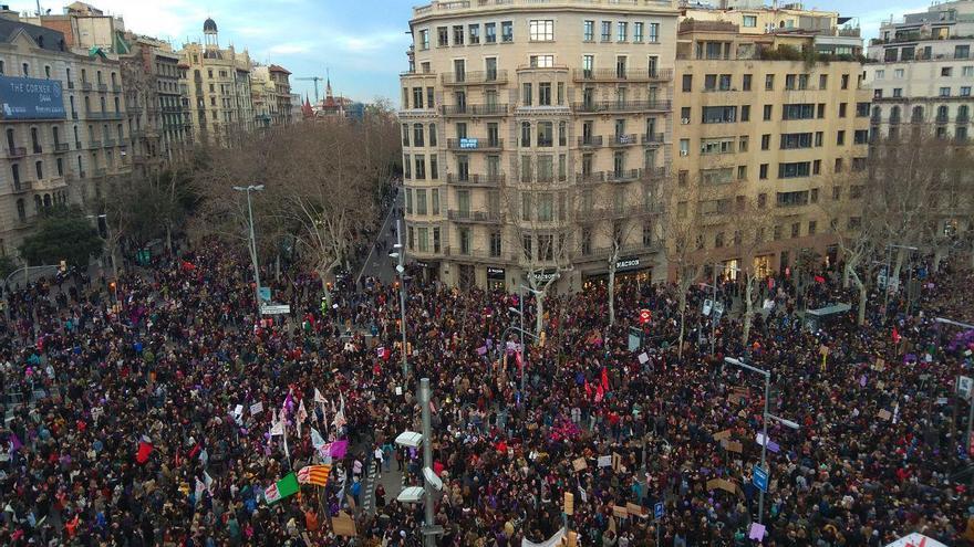 Aspecto de la manifestación por el 8M en Barcelona a su paso por Diagonal con Paseo de Gracia / Pau Rodríguez