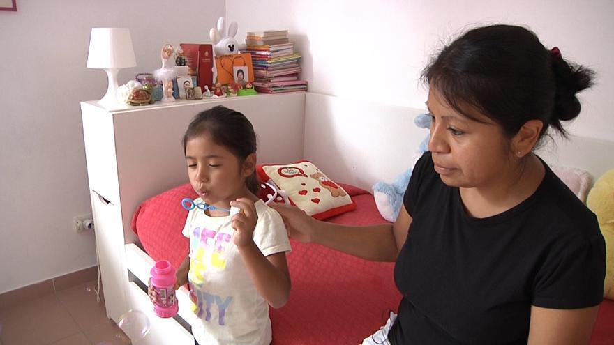 Maribel, peruana, y su hija en la parroquia del padre Gian Piero Lampieri en Roma / Ismael Monzón