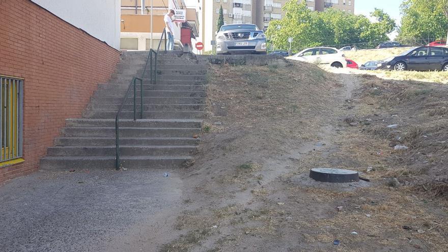Escaleras de acceso para bajar al centro de atención a personas con discapacidad