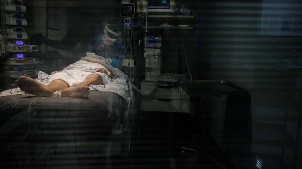 Un paciente con COVID-19 en la UCI en Canarias