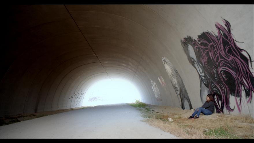 Fotograma del documental 'Chicas nuevas 24 horas' en el que aparece de lejos Sofía. / Imagen cedida por Mabel Lozano.