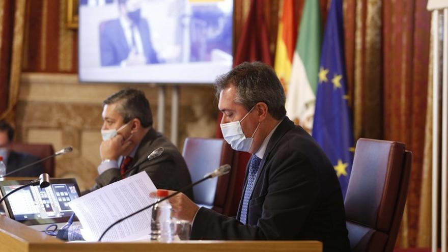 Juan Espadas preside el pleno del Ayuntamiento de Sevilla en una imagen de archivo.