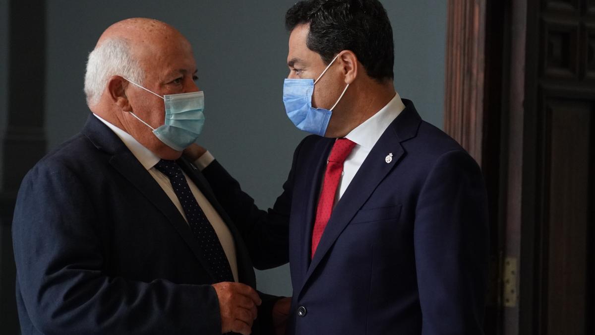 El presidente andaluz, Juan Manuel Moreno, junto al consejero de Salud, Jesús Aguirre, en la reunión del comité de expertos.