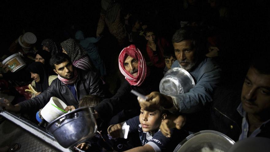Sirios desplazados esperan por la comida en una cocina caritativa de una ONG en un campo de refugiados cerca de Azaz, Siria. Esta es una de las fotografías galardonadas con el premio Pulitzer (23 de octubre de 2012) / AP PHOTO. MANU BRABO