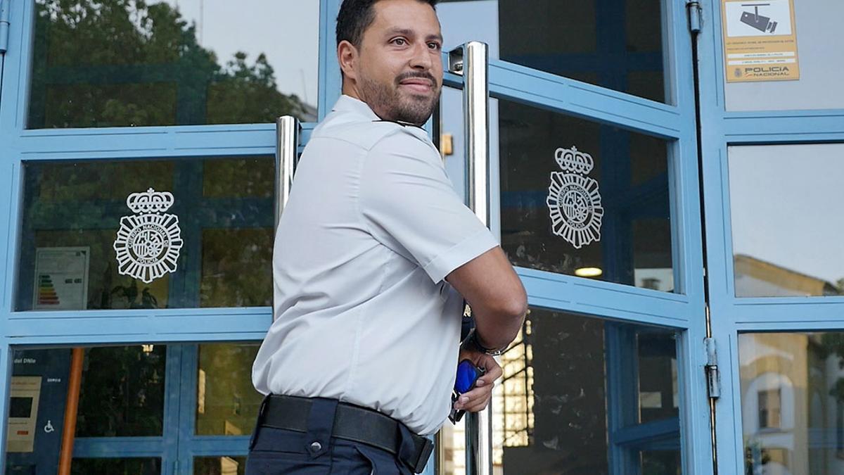 Rafa Prieto entrando en la comisaría cuatro años después