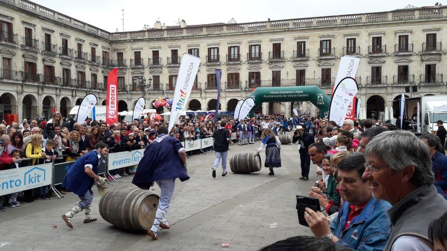 Algunos de los participantes se acercan a la meta de la carrera de barricas, situada en la Plaza de España.