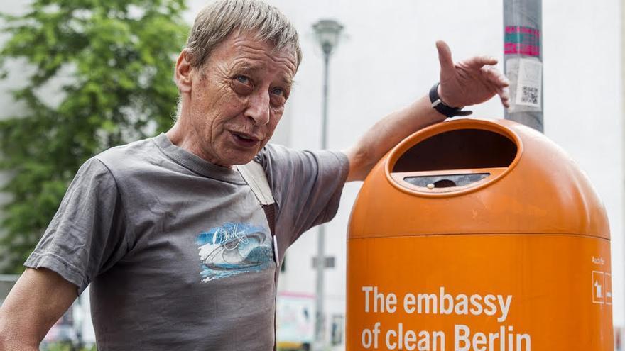 Karl, una persona sin hogar que trabaja como guía turístico para la organización sin ánimo de lucro Querstadtein en Alemania.
