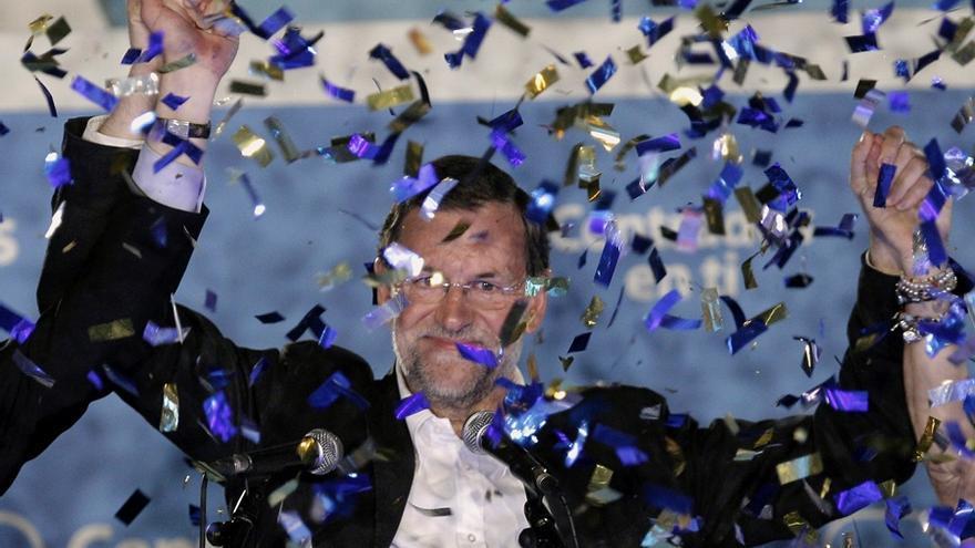 Rajoy celebra en el balcón de Génova la victoria electoral en los comicios locales de 2011. Foto: Emilio Naranjo / Efe
