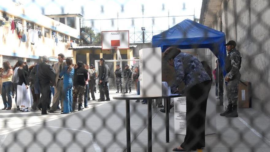 Los presos abren las elecciones en Ecuador en una jornada anticipada de votación