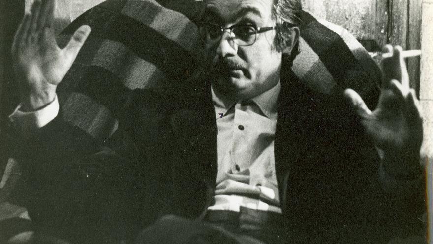 El escritor Joan Fuster en su casa en Sueca.