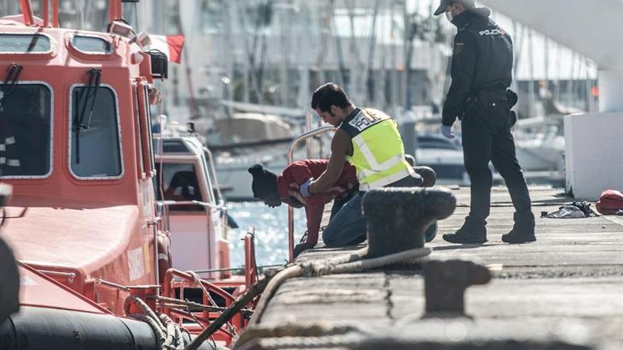 Efectivos de Salvamento Marítimo, Cruz Roja, la Policía y otros servicios de emergencia atienden a las 43 personas rescatadas en una patera a la deriva a 27 kilómetros de Lanzarote, entre ellas cinco menores y un bebé nacido y fallecido a bordo de la propia embarcación