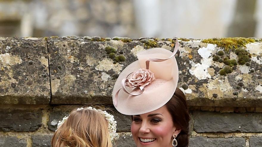 La duquesa de Cambridge su hija, vestida por la firma española Amaia Kids, en la boda de  Pippa Middleton and James Matthews at St Mark's.