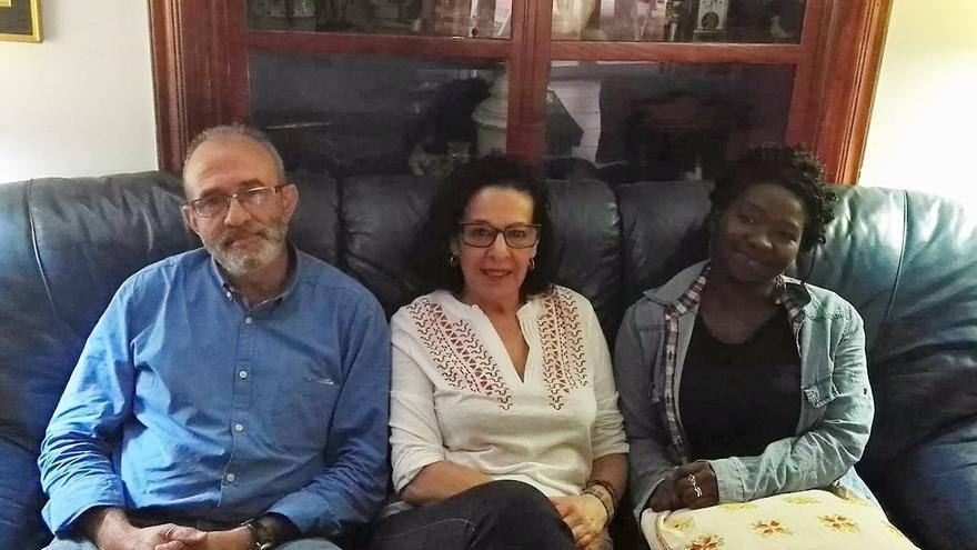 José Carlos, Carmen y Celia, familia de acogida de Cáceres.