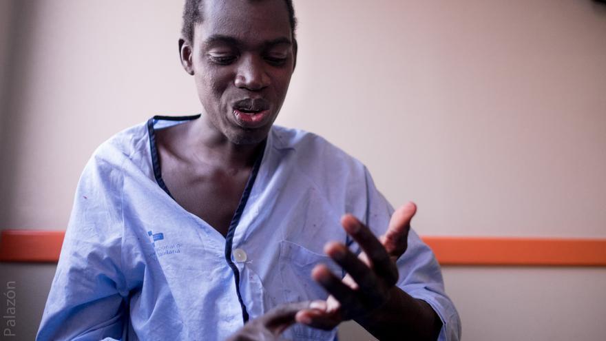 Mamadou Diara, joven maliense que necesita atención especial después de caer de la valla de Melilla y pasar meses en el hospital.   Foto: José Palazón.