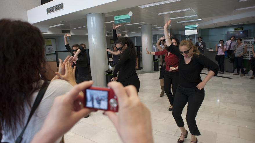 Flo 6x8 realizó tres acciones en oficinas de Bankia, BBVA y Caixabank de Sevilla.