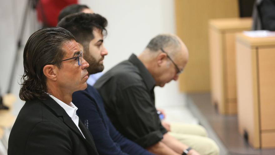 Los acusados del caso Ladrillo que afecta al Cuerpo General de la Policía Canaria, con el subinspector Carmelo S.D. en primer término.