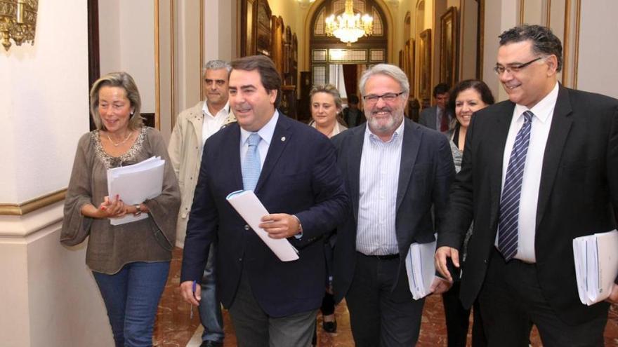 Flores (derecha), con Negreira y otros ediles del gobierno del PP en A Coruña