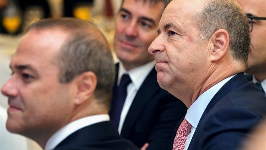 El consejero de Economía del Gobierno de Canarias, Pedro Ortega (d), el presidente, Fernando Clavijo (c), y el alcalde de Las Palmas de Gran Canaria, Augusto Hidalgo (i)