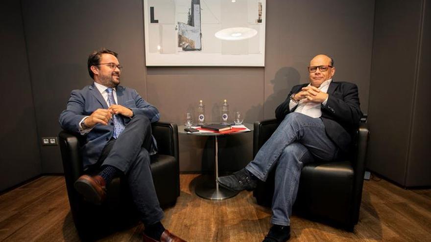 El secretario general de Coalición Canaria, José Miguel Barragán, con el presidente del Partido Popular en Canarias, Asier Antona . EFE/Quique Curbelo.