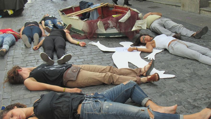 En la imagen, activistas de Amnistía Internacional en la performance. Foto: LUZ RODRÍGUEZ