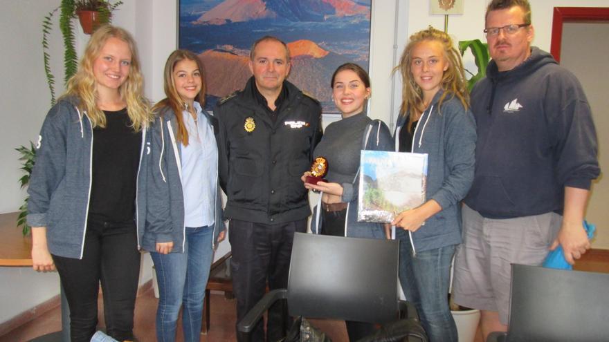 El comisario jefe, Jesús Godoy, entregó una placa y un libro a las estudiantes. Foto: LUZ RODRÍGUEZ