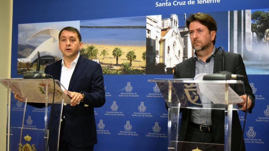 El presidente del Cabildo de Tenerife, Carlos Alonso (d) y el alcalde de Santa Cruz de Tenerife, José Manuel Bermúdez