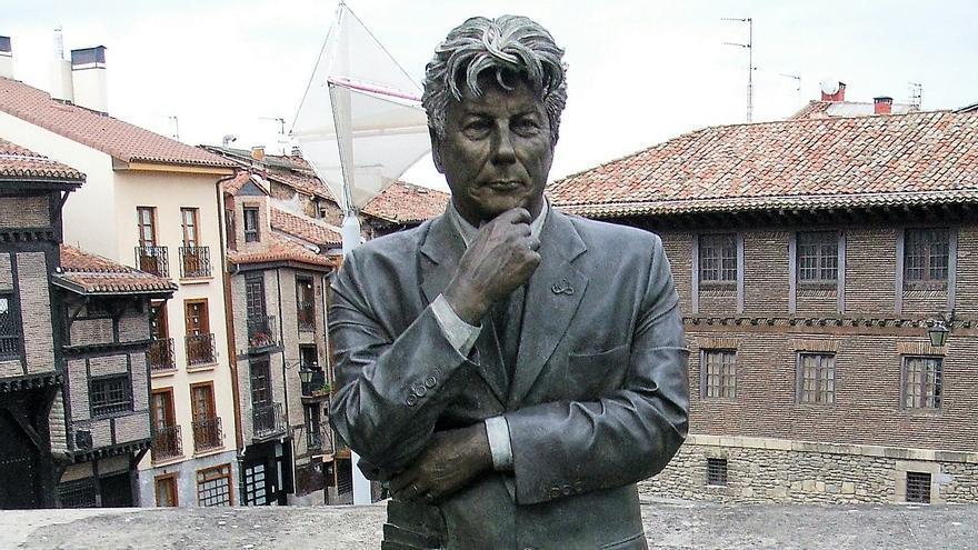 Vitoria erigió una escultura en honor a Ken Follet. El autor galés se acercó a la catedral de Santa María en busca de inspiración a la hora de escribir sus novelas.