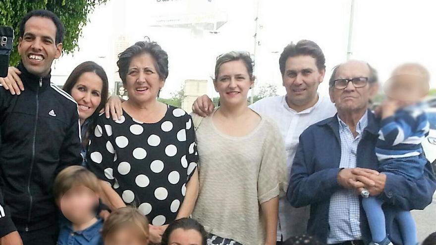 Azman Mohamed, con su familia de acogida tras regresar a España