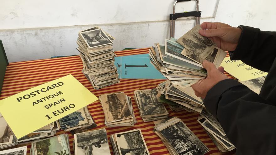"""En el mercado tradicional del Cabildo, el gaditano Manuel Barberá es """"el rey de las postales""""."""