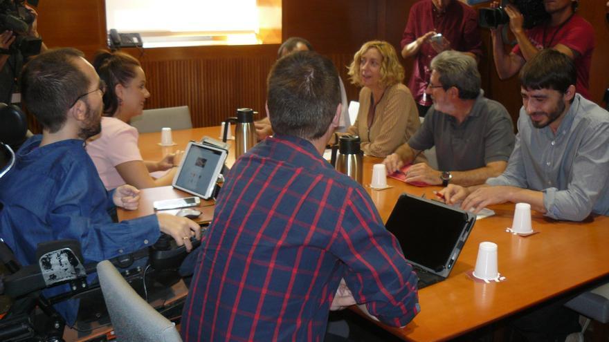 Representantes de Podemos e IU en los momentos previos a la reunión.
