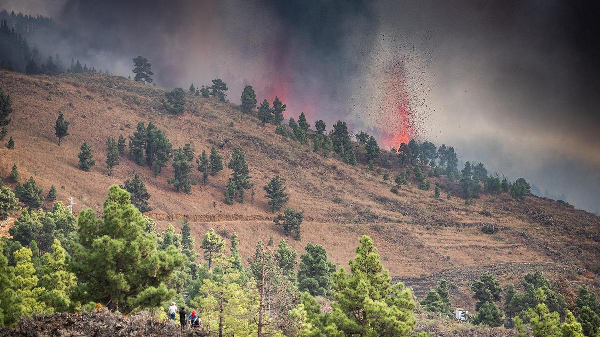 Gente observando la erupción en Cumbre Vieja, La Palma