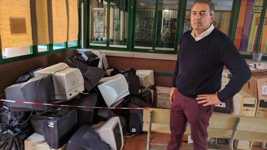 El concejal Sebastián Martín, ante una montaña de equipos informáticos afectados por el temporal