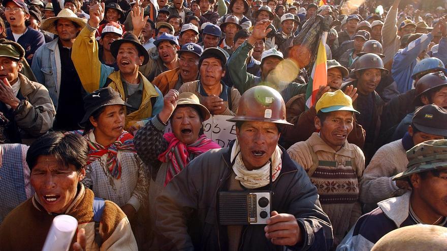 Miles de mineros celebran la renuncia del presidente boliviano en el centro de La Paz (2003) / Fotografía: Jorge Saenz (AP)