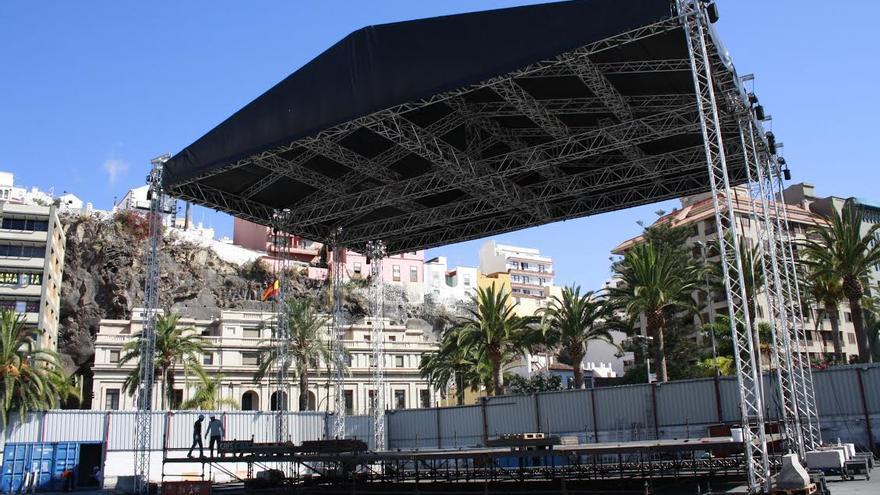En la imagen, montaje del escenario del recinto central de las Fiestas Lustrales, este lunes.