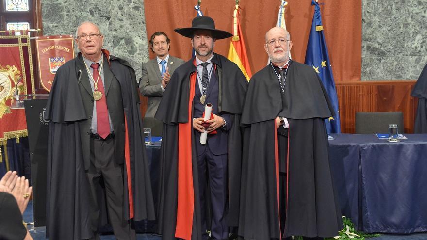 Carlos Alonso, en el centro, tras el acto formal de su nombramiento como cofrade de honor