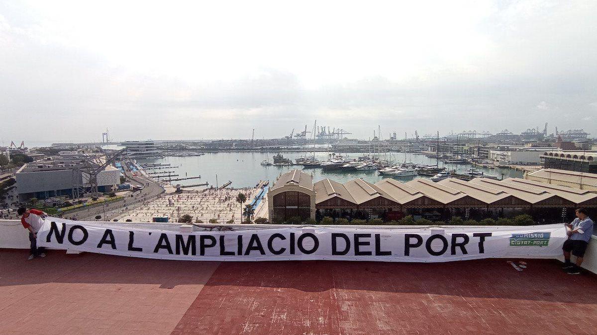 Una de las pancartas desplegadas por distintos puntos de la ciudad contra la ampliación del Puerto de València.
